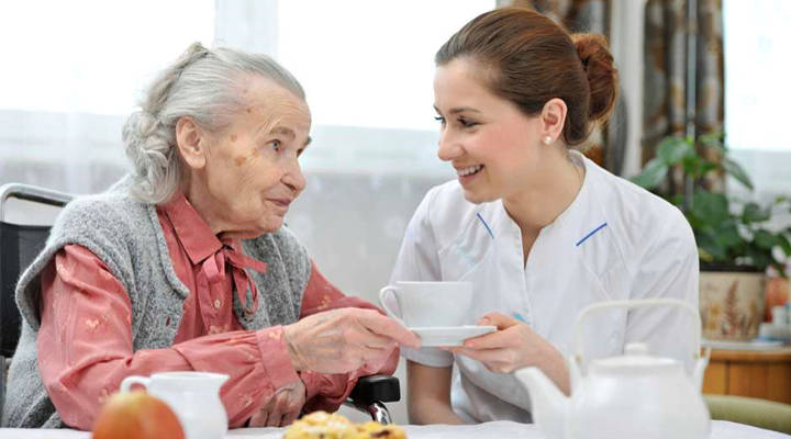 Quanto ganha um cuidador de idosos?